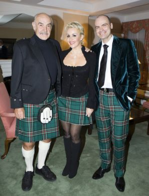2 Sir Sean Connery, Tessa Hartmann and Sascha Hartmann in Sir Billi Tartan