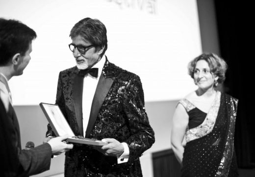 Amitabh Bachchan accepting the key to the city  of Florence